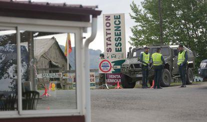 Militares y guardias civiles vigilan el paso fronterizo de Venta Berrouet, en Navarra.