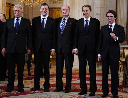 El rey Juan Carlos posa con cuatro de los presidentes del Gobierno de la democracia. De izquierda a derecha: Felipe González, Mariano Rajoy, José Luis Rodríguez Zapatero y José María Aznar.