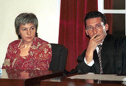 Dolores Vázquez, durante el juicio en que fue condenada a 15 años, junto a uno de sus abogados.