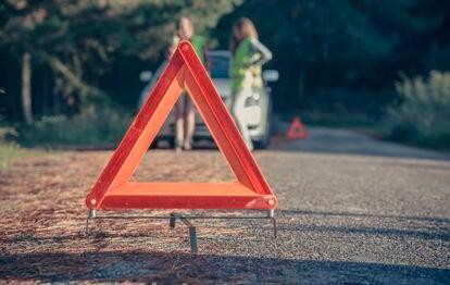 El actual dispositivo de señalización de peligro V-16, en una carretera de Asturias (España).