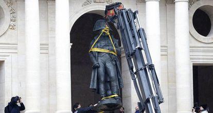 Una grúa coloca una estatua de Napoleón en Los Inválidos, después de ser restaurada, en 2015.
