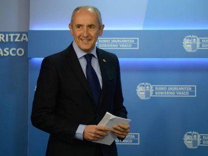 El consejero portavoz, Josu Erkoreka tras un Consejo de Gobierno en Vitoria.