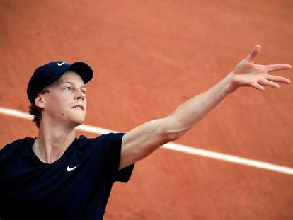 Jannik Sinner sirve durante un partido en Roland Garros.