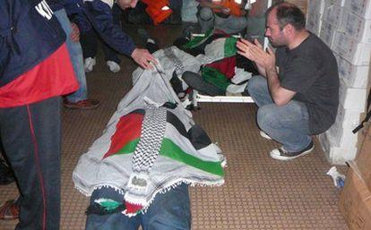 Imágenes de algunos de los tripulantes del barco con ayuda para Gaza tras el asalto del ejército israelí