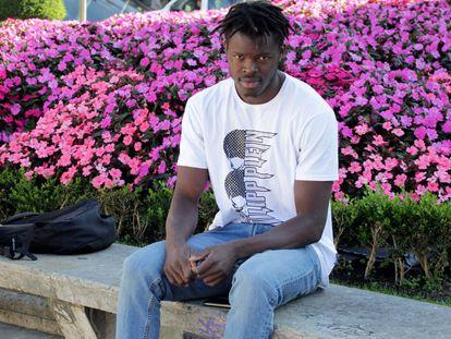 Mouhamed Diouf, conocido como el 'héroe de la ría de Bilbao', posa este viernes en una céntrica plaza de la capital vizcaína.