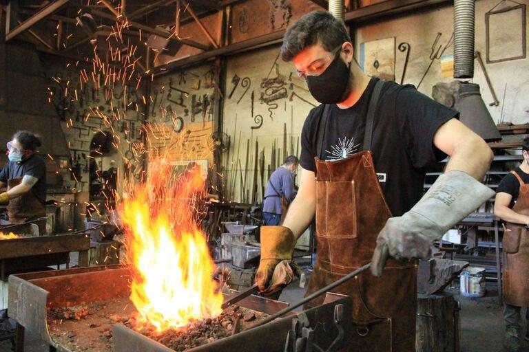 Alumnos en el taller del herrero Ramón Recuero.