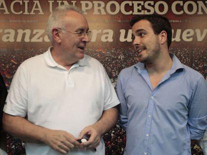 Cayo Lara (izquierda) y Alberto Garzón en un acto de Izquierda Unida, en julio pasado.