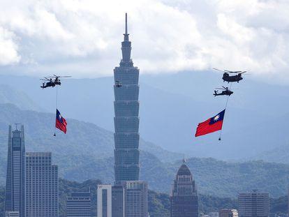 Varios helicópteros izan banderas gigantes de Taiwán durante un ensayo del desfile del día nacional de Taiwán