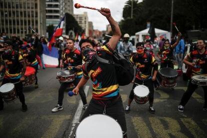 Jóvenes tocan los tambores en una marcha en Bogotá el 20 de julio.