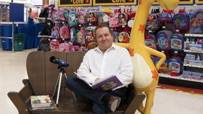 """El consejero delegado de Toys """"R"""" Us en España y Portugal, Paulo Sousa, posa en la tienda del centro comercial Nueva Condomina en Murcia."""