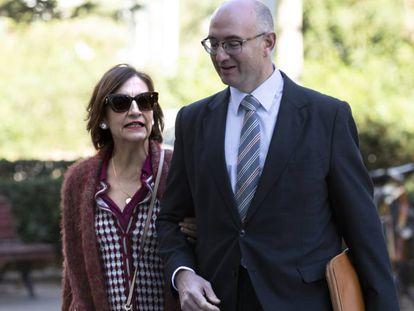 La exempleada de la EMT Celia Zafra entra en la Ciudad de la Justicia de Valencia, donde ha declarado hoy por la estafa, con su abogado.
