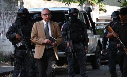 El abogado de Iván Simonovis, este jueves frente a la casa del político en Caracas.