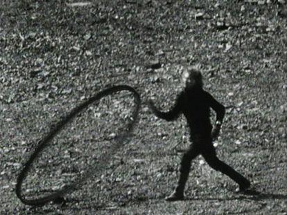 Joan Jonas (Nueva York, 1936), una artista que lleva más de ochenta años revisando el mundo y las maneras de contarlo.