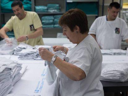 Una imagen de archivo del servicio de lencería del Hospital La Paz.