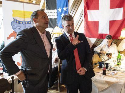 El presidente del SVP, Marco Chiesa, (derecha) y Thomas Matter, miebro del consejo nacional suizo, este domingo en Rothrist.