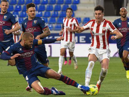 Jorge Pulido se lanza a robar el balón a Jon Morcillo