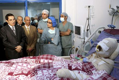 El presidente Ben Alí visita al joven Mohamed Bouazizi ingresado en al hospital Ben Arous tras quemarse a lo bonzo el pasa 17 de diciembre
