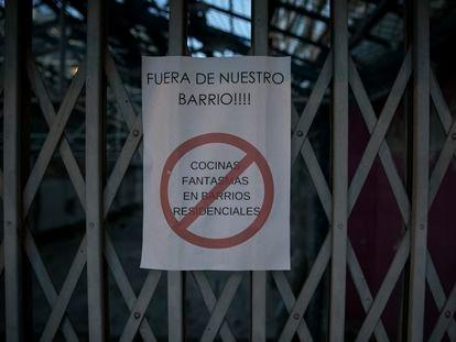 Cartel en el barrio de La Verneda de Barcelona contra la implantación de una gran cocina de comida a domicilio.
