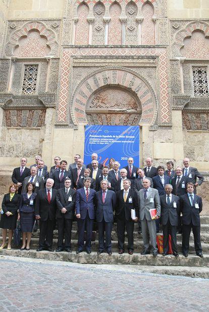 Los expertos que ayer participaron en el foro de la Alianza de Civilizaciones, ante la Mezquita de Córdoba.