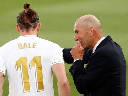 Zidane da instrucciones a Bale durante un encuentro de esta temporada.
