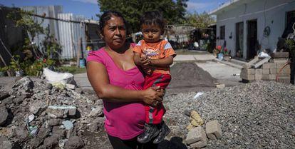 Alicia es madre de tres niños de seis, cuatro y un año. El día del terremoto dos cuartos de su casa se derrumbaron por completo, uno de ellos era la habitación de sus hijos.