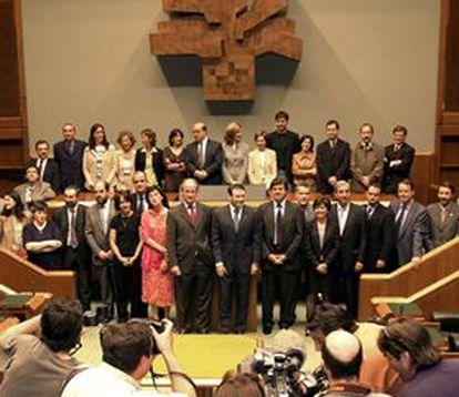 """<font size=""""2""""><b>Los 33 parlamentarios de la coalición PNV-EA se acreditan en el Parlamento vasco</b></font><br>(EFE)"""