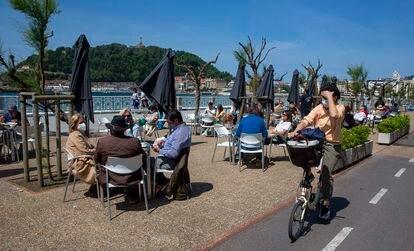 Grupos de personas pasan la tarde este viernes en una terraza del Paseo de la Concha, en San Sebastián.