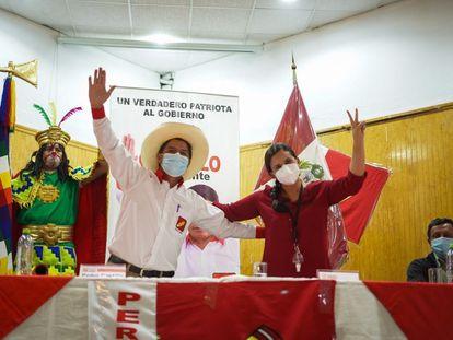 El candidato presidencial Pedro Castillo y la líder de la izquierda Verónika Mendoza firman un acuerdo, este miércoles.