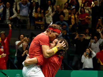 Nadal y Feliciano celebran la victoria este sábado contra Gran Bretaña en la Caja Mágica de Madrid.