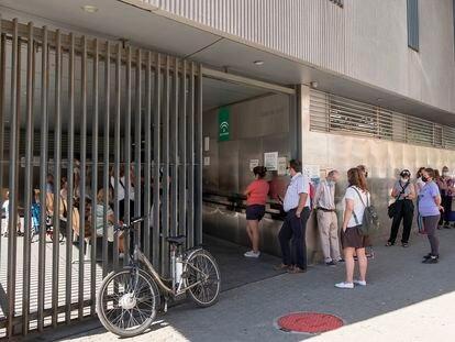 Colas para acceder al centro de salud El Alamillo, en Sevilla, en 2020.