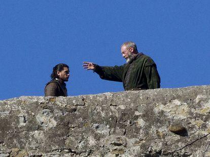 Kit Harington (Jon Nieve) y Liam Cunningham (Lord Davos), durante el rodaje de 'Juego de tronos' en San Juan de Gaztelugatxe.