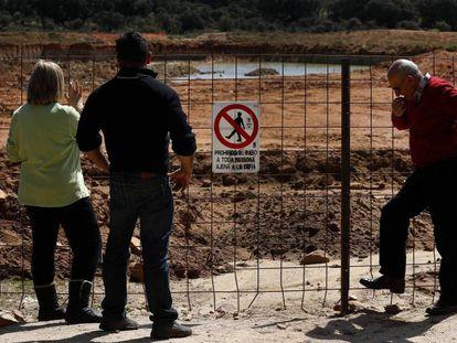 Varios vecinos observan las obras de la mina de uranio al aire libre que la empresa australiana Berkeley pretende abrir en Retortillo (Salamanca).