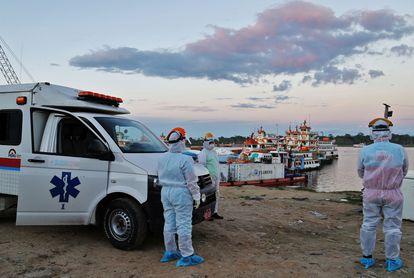 Personal médico aguarda en el puerto de Iquitos para transferir pacientes al hospital de la región, este 18 de junio.