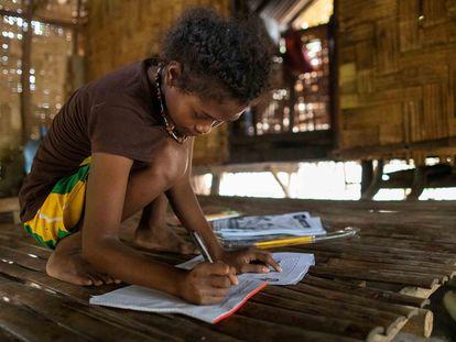 Abigail Sibal, de 13 años, estudia en su casa de Porac, en Filipinas.