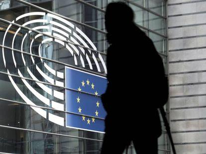Un hombre camina junto al edificio del Parlamento Europeo en Bruselas, Bélgica, la semana pasada.