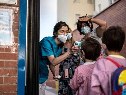 Toma de temperatura en el colegio Tomás Bretón, afectado por las obras de la operación Mahou-Calderón.