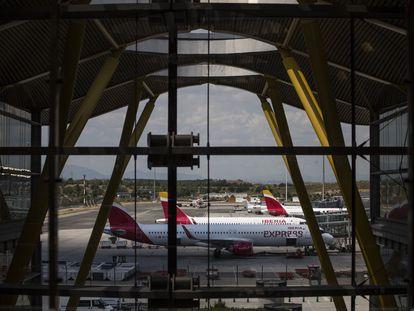 Aviones de Iberia situados en la pista de la Terminal T-4 del Aeropuerto Adolfo Suárez Madrid-Barajas, en junio de 2021.