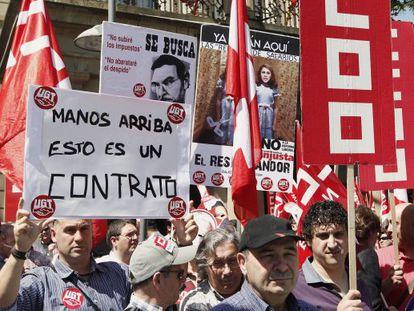 Concentración en protesta por la aprobación de la reforma laboral en Navarra.