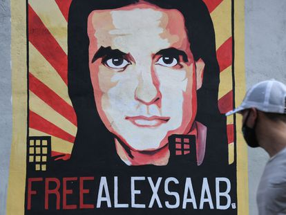 Un hombre camina frente a un mural en apoyo a Alex Saab en Caracas, Venezuela, en septiembre pasado.
