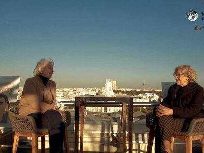 Soledad Gallego-Díaz y Manuela Carmena, en un momento de su encuentro en el Festival Eñe.