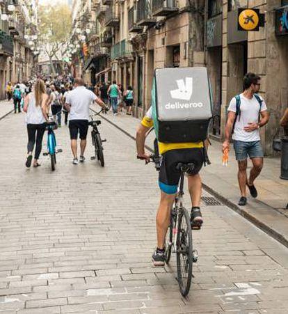 Un repartidor de Deliveroo circulando por Barcelona.