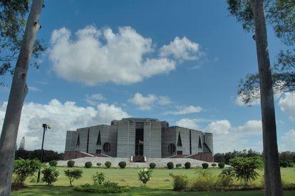 El Jatiya Sangsad Babhan (parlamento nacional) de Bangladesh, obra del arquitecto estadounidense Louis Kahn.