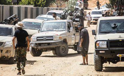 Milicias leales al Gobierno de unidad, el sábado pasado en el frente cerca del aeropuerto de Trípoli.