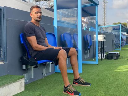 El delegado de campo de la UD Ibiza, Ángel Moreno, posa en su asiento en Can Misses. Moreno fue el primer capitán del equipo después de que el empresario valenciano Amadeo Salvo y su familia refundaran al club.