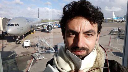 El italiano Gianmarco Coppo en el aeropuerto de Turín, antes de volar a Perú, en una imagen cedida por él.