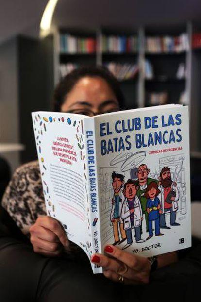 Una mujer lee 'El club de las batas blancas'.