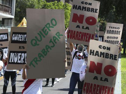 Empleados del comercio protestan frente al Ministerio del Trabajo en Lima, Perú, el pasado primero de marzo.
