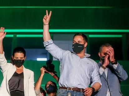 Rocío Monasterio, Santiago Abascal y Javier Ortega saludan a los seguidores de Vox congregados ante su sede tras conocerse los resultados electorales en Madrid.