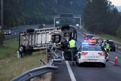 Vista de un aparatoso accidente de tráfico en O Porriño, en Pontevedra este miércoles.