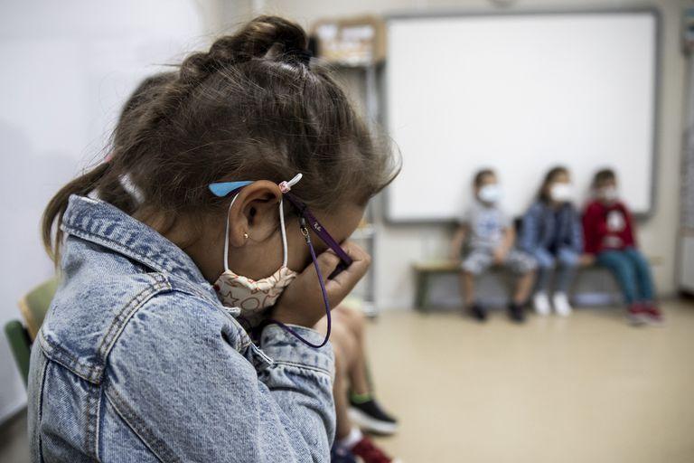 Una niña en el colegio público López Ferreiro de Santiago de Compostela.